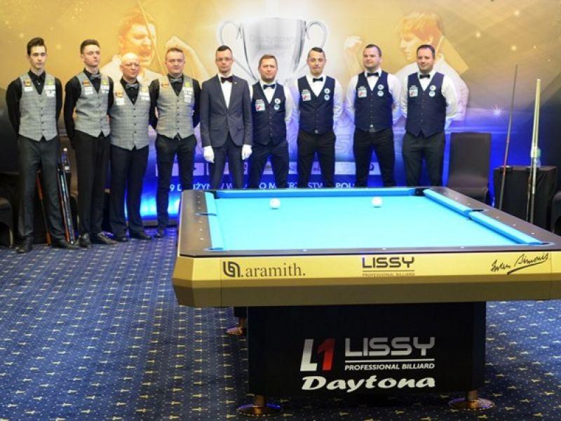 Na zdjęciu zawodnicy KS Duet Lipińscy Dachy pozujący przy stole bilardowym