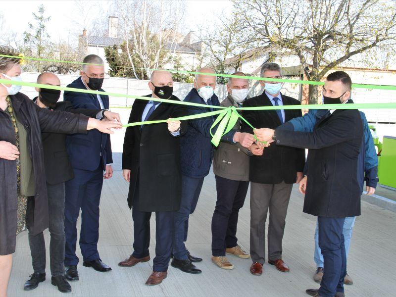 Na zdjęciu przedstawiciele władz miasta i powiatu podczas otwierania stacji paliw MZK. Zdjęcie wykonane podczas odwiązywania symbolicznej wstęgi