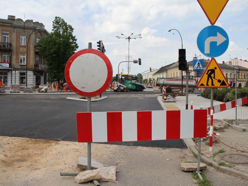 na zdjęciu widać remont drogi na skrzyżowaniu ulic Warszawska i Św. Antoniego. na pierwszym planie barierka i znak