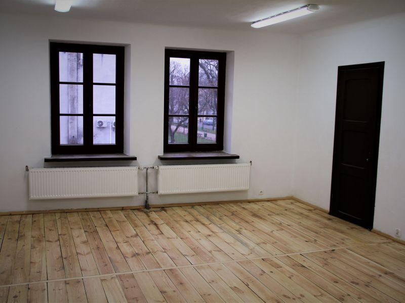 Na zdjęciu wyremontowane pomieszczenie Domu Dziennego pobytu dla seniorów. Pomieszczenie pomalowane, wycyklinowana podłoga, wymienione okna