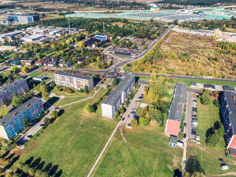 Na zdjęciu panorama z drona rejonu ulic Zawadzkiej i Milenijnej. Na zdjęciu widać bloki mieszkaniowe, tereny zielone i ulice