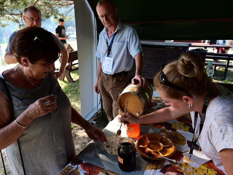 Na zdjęciu kadr ze Słodkiej soboty w Skansenie.. Na fotografii pokaz używania miodu do potraw
