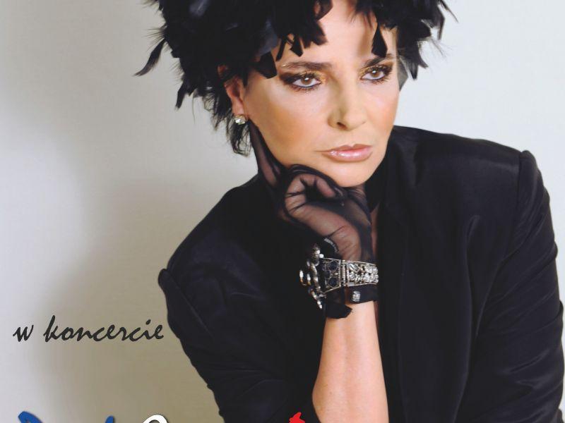 Na zdjęciu plakat z informacją o koncercie Yagi Kowalik, na plakacie stylizowane zdjęcie artystki w stroju na modłe piosenki francuskiej z lat 50 i 60 XX w.