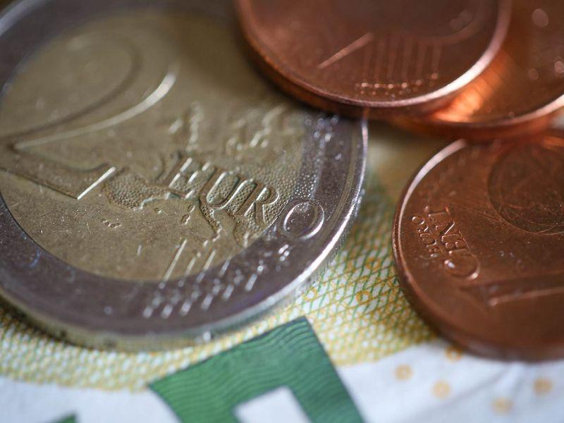 Na zdjęciu widać montey, 2 euro i 1 eurocent