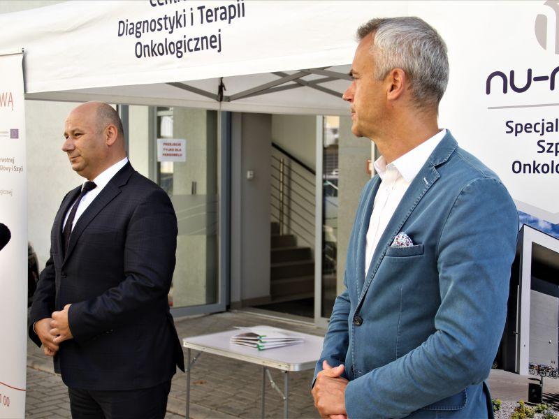 Na zdjęciu dwóch mężczyzn w garniturach, prezydent Marcin Witko i prezes Nu-Med Paweł Paczkowski. Za nimi biały namiot