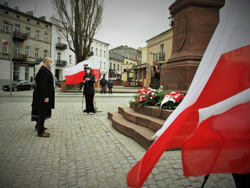 Na zdjęciu prezydent miasta składa kwiaty pod pomnikiem Tadeusza Kościuszki