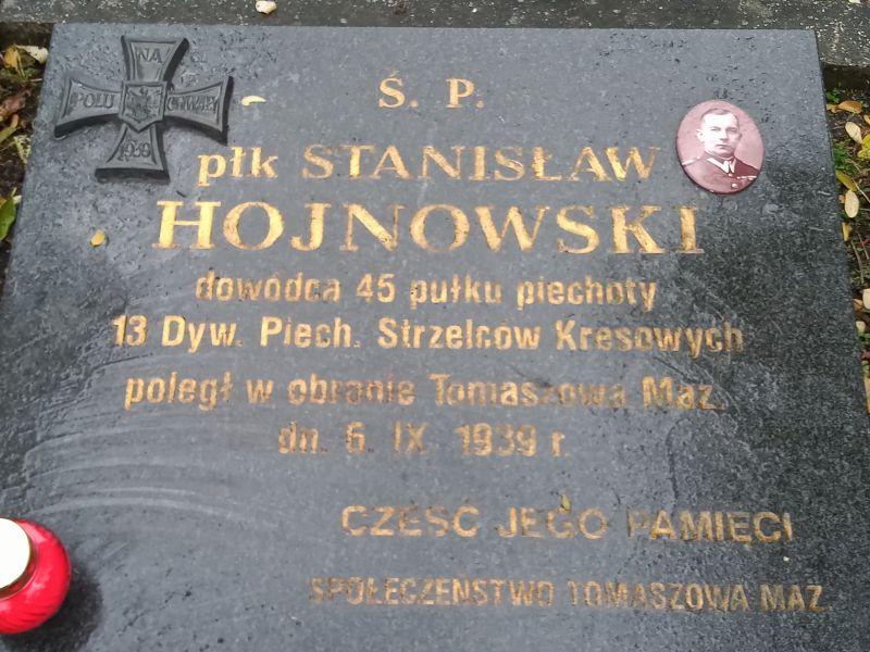Na zdjęciu płyta nagrobna grobu płk Stanisława Hjnowskiego z jego medalionem, datą smierci i inskrypcją mu poświęconąą