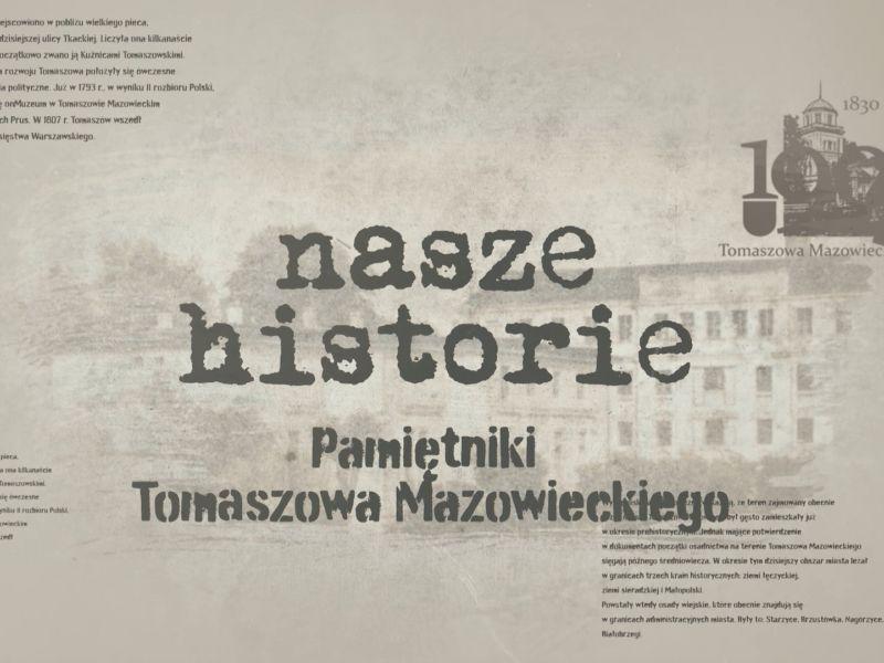 Grafika w odcieniu beżowym, w tle rozmazane zdjęcie starego Tomaszowa, widoczny napis