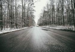Uwaga na oblodzone drogi