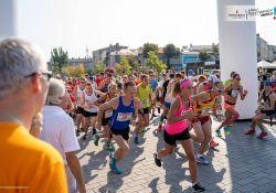 Na zdjęciu start uczestników Biegu Malinowskiego - plac Kościuszki. Na zdjęciu biegacze w strojach sportowych