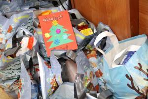 Świąteczna paczka dla tomaszowskiego seniora